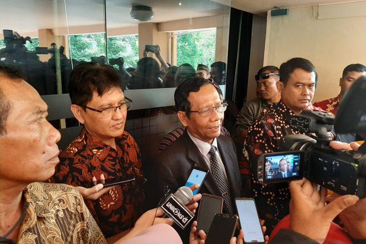 Menteri Koordinator Politik Hukum dan Keamanan, Mahfud MD saat menemui wartawan usai menghadiri acara dialog kebangsaan di Universitas Islam Indonesia (UII).