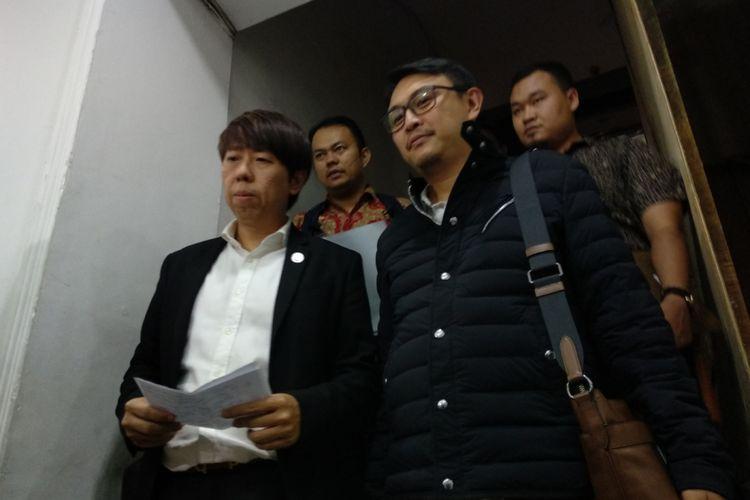 Dave Revano, ketua panitian acara Untukmu Indonesia didampingi pengacara Henry Adiguna memberikan keterangan kepada wartawan, Senin (7/5/2018) setelah menjalani pemeriksaan di Polda Metro Jaya