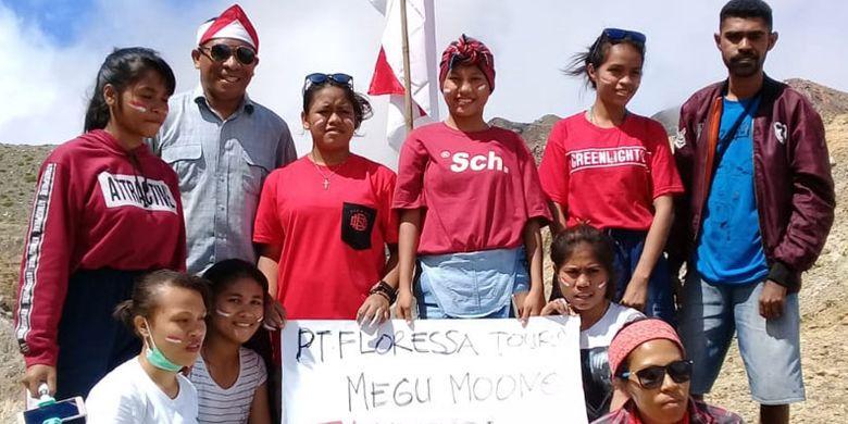 Komunitas pariwisata Kota Maumere mengibarkan bendera Merah Putih di puncak Gunung Egon, Kabupaten Sikka, NTT, Sabtu (17/8/2019).