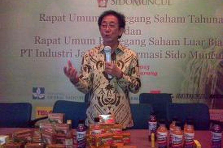 Direktur Utama (Dirut) Sido Muncul Irwan Hidayat memperkenalkan produk baru usai rapat umum pemegang saham (RUPS) di Pabrik Sido Muncul, Bergas, Kabupaten Semarang, Rabu (13/5/2015) siang.