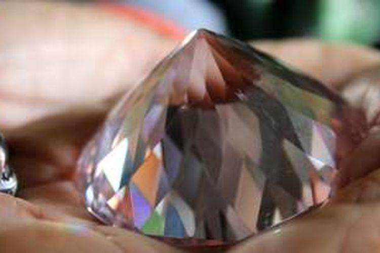 Berlian seberat 222 gram milik Qarsing di Desa Bulu Cendrana, Kecamatan Pitu Riawa, Kabupaten Sidrap, Sulawesi Selatan, ini dijual dengan harga Rp 6,966 triliun.