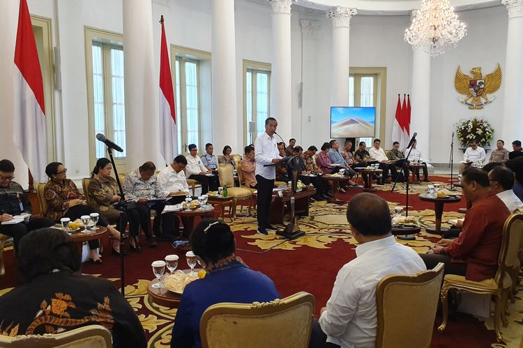 Presiden Jokowi saat memimpin sidang kabinet paripurna di Istana Bogor, Senin (8/7/2019).