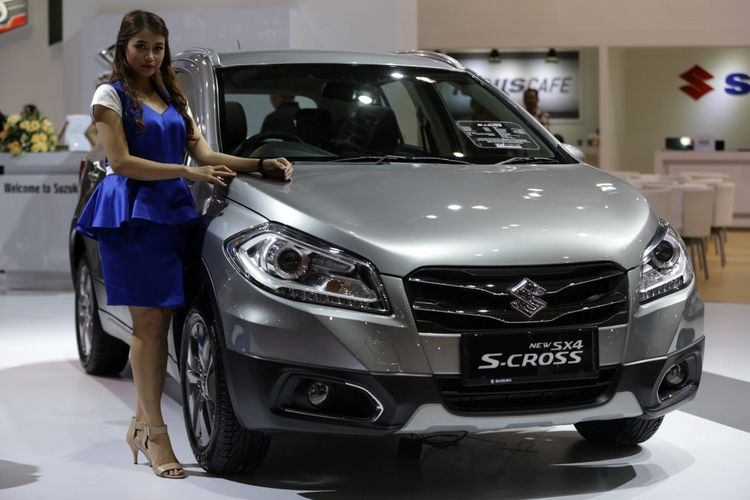 Sales promotion girl berpose di samping Suzuki SX4 S-Cross generasi terbaru saat ajang Indonesia International Motor Show (IIMS) 2017 di JI Expo, Kemayoran, Jakarta, Jumat (28/4/2017). Pameran otomotif terbesar di Indonesia ini akan berlangsung hingga 7 Mei mendatang. KOMPAS IMAGES/KRISTIANTO PURNOMO