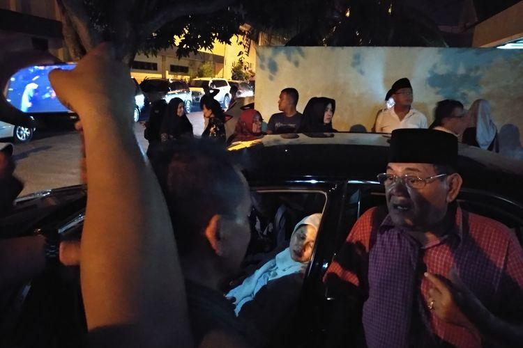 Zuraida, istri Jamaludin (55) yang ditemukan tewas di mobilnya di kebun sawit lemas dan bersandar di mobilnya saat tiba di RS Bhayangkara Medan, Jumat malam (29/11/2019). Tangisnya pecah saat jendela mobilnya dibuka dan beberapa orang memeluknya.