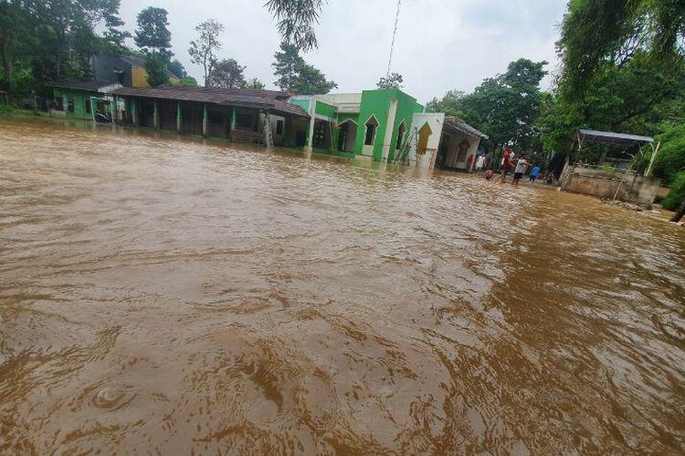 Banjir melanda perumahan Bumi Serpong Residence (BPR) yang berlokasi di Jalan Pamulang 2, Kota Tangerang Selatan pada Rabu (18/3/2020). Banjir tersebut terjadi sekitar pukul 10.00 WIB.