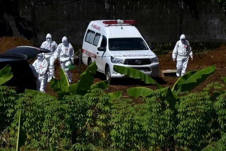 Petugas bersiap menurunkan jenazah pasien di Macanda Gowa. ANTARA FOTO/Abriawan Abhe/aww.