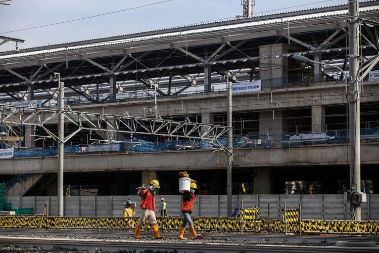 Aktivitas pekerja di Depo MRT Lebak Bulus, Jakarta Selatan, Kamis (12/4/2018). Gubernur DKI Jakarta Anies Baswedan meresmikan kedatangan dua rangkaian angkutan massal cepat (MRT) dan total sudah 12 unit kereta MRT berada depo MRT Lebak Bulus.