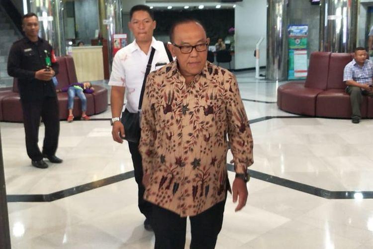 Ketua Dewan Pembina Partai Golkar Aburizal Bakrie usai menjenguk Menteri Koordinator Bidang Politik, Hukum, dan Keamanan Wiranto di Rumah Sakit Pusat Angkatan Darat (RSPAD) Gatot Subroto, Jakarta Pusat, Minggu (13/10/2019).