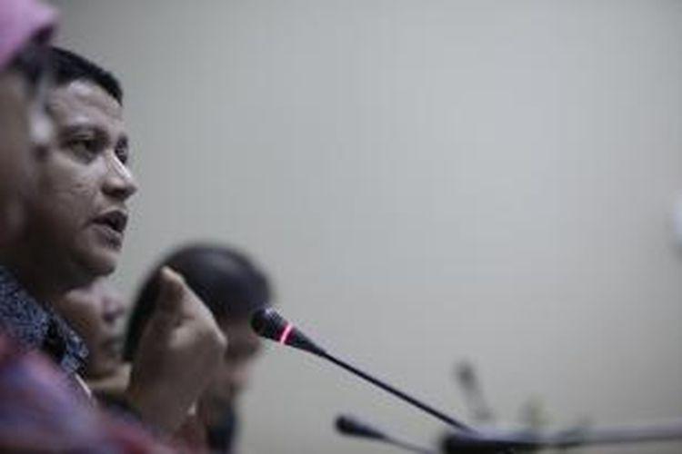 Ketua Badan Pengawas Pemilu, Muhammad memberikan keterangan usai melakukan pertemuan tertutup dengan Komisi Pemilihan Umum di kantor Bawaslu, Jakarta, Selasa (23/10). Bawaslu mendesak KPU untuk memberikan informasi secara terbuka mengenai proses verifikasi partai politik calon peserta Pemilu 2014 yang dinilai saat ini masih tertutup. Kompas/Lucky Pransiska (UKI) 23 Oktober 2012
