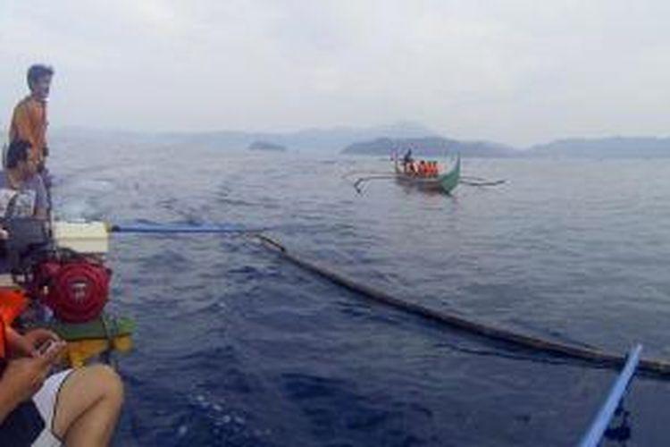 Sejumlah wisatawan, Minggu (10/11/2013) berburu foto lumba-lumba di perairan terbuka Teluk Kiluan, Kabupaten Tanggamus, Lampung. Sebagian warga di lokasi tersebut kini mengandalkan jasa pariwisata sebagai sumber mata pencaharian.
