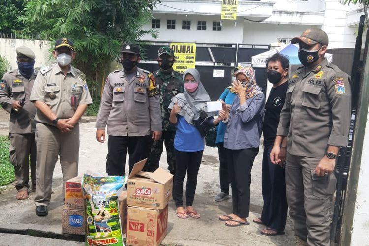 Warga dan unsur tiga pilar di depan rumah warga bernama FX Hartoyo di Jalan MPR 1 RT 07 RW 011 Cilandak Barat, Cilandak, Jakarta Selatan mengubah rumahnya jadi tempat isolasi mandiri bagi pasien positif COVID-19 tanpa gejala.