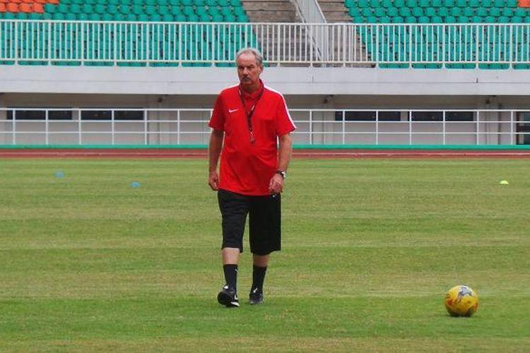 Pelatih tim nasional Indonesia, Alfred Riedl, saat memimpin latihan tim di Stadion Pakansari, Cibinong.