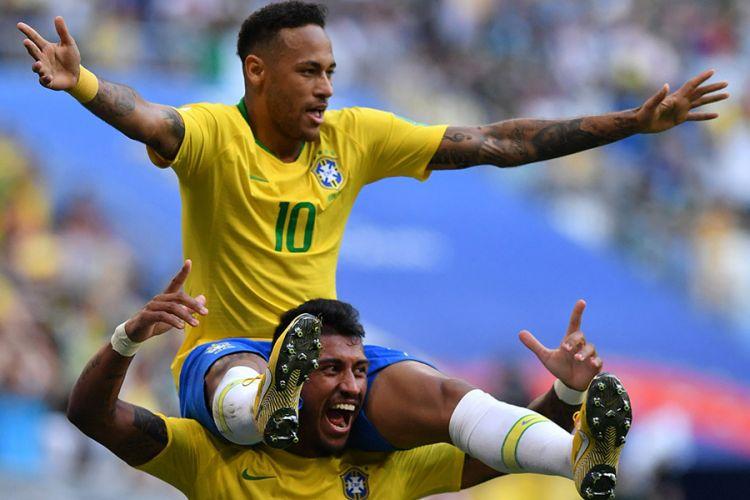 Pemain Brasil Neymar merayakan gol yang dicetaknya dengan menaiki pundak rekannya, Paulinho, pada laga 16 besar Piala Dunia 2018 melawan Meksiko di Samara Arena, Senin (2/7/2018). Brasil memastikan satu tiket ke babak perempat final usai menaklukkan Meksiko dengan skor 2-0.