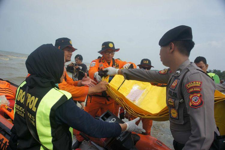 Melalui Basarnas, Tim DVI Polda Jabar menyerahkan 25 body part dan 3 properti yang diduga milik penumpang Lion Air PK-LQP yang jatuh di perairan Karawang, Sabtu (3/11/2018.