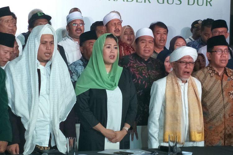 Yenny Wahid bersama perwakilan sembilan organisasi yang tergabung dalam Konsorsium Kader Gus Dur menyatakan dukungannya kepada pasangan Joko Widodo-Maruf Amin pada Pilpres 2019. Deklarasi dukungan dibacakan oleh Yenny di Rumah Pergerakan Politik Gus Dur, Jalan Kalibata Timur I no. 12, Kalibata, Jakarta Selatan, Rabu (26/9/2018).