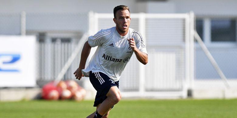 Arthur Melo beraksi pada laga uji coba antara tim Juventus senior kontra tim U23 di Juventus Training Center, Continassa, Italia pada Sabtu (5/9/2020).
