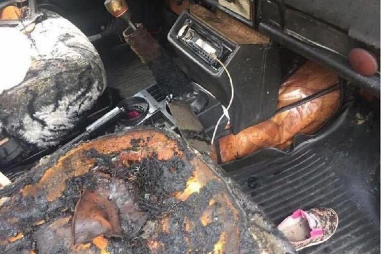 Beginilah kondisi mobil yang terbakar akibat seorang balita bermain korek api di dalamnya.