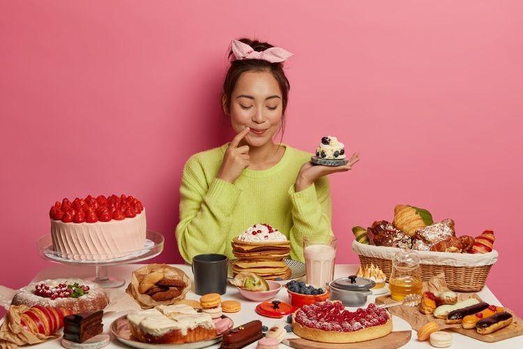 Ilustrasi makan makanan tinggi gula.