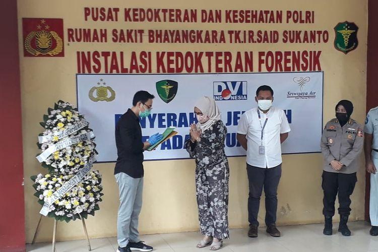 Tim Disaster Victim Identification (DVI) Polri menyerahkan jenazah korban pesawat Sriwijaya Air SJ 182, Asy Habul Yamin, kepada pihak keluarga pada sore ini, Kamis (14/1/2021).