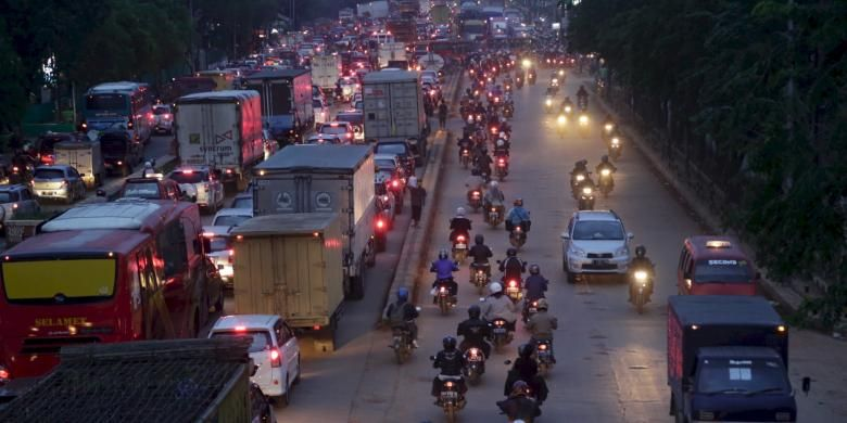 Pengendara motor berombongan mengambil jalur arah berlawan, untuk menghindari macet di Jalan Bekasi Raya, dari depan pabrik United Tractor hingga pertigaan Tipar Cakung, Jakarta Timur, Kamis (5/12). Suasana padat dan semerawut itu terjadi setiap jam pulang kantor.