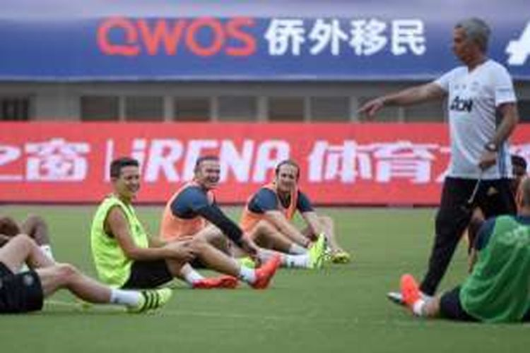 Penyerang Manchester United, Wayne Rooney (kedua dari kiri), tertawa dalam sesi latihan jelang laga International Champions Cup 2016 melawan Borussia Dortmund di Shanghai, Kamis (21/7/2016).
