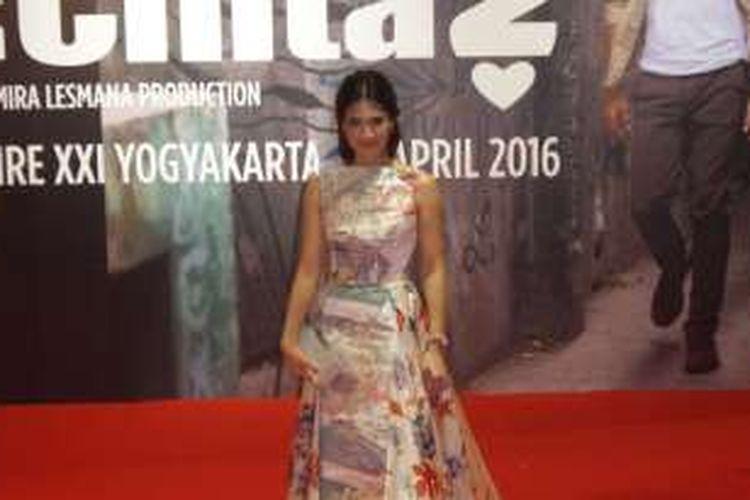 Dian Sastrowardoyo hadir pada Gala Premiere film AADC? 2 di Empire XXI Yogyakarta, Sabtu (23/4/2016).