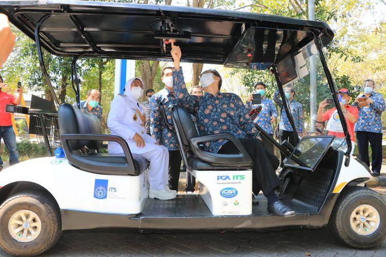 Wali Kota Surabaya Tri Rismaharini bersama Rektor ITS Prof Mochamad Ashari menjajal mobil tanpa sopir karya ITS dengan mengelilingi Taman Alumni ITS, Senin (17/8/2020)..
