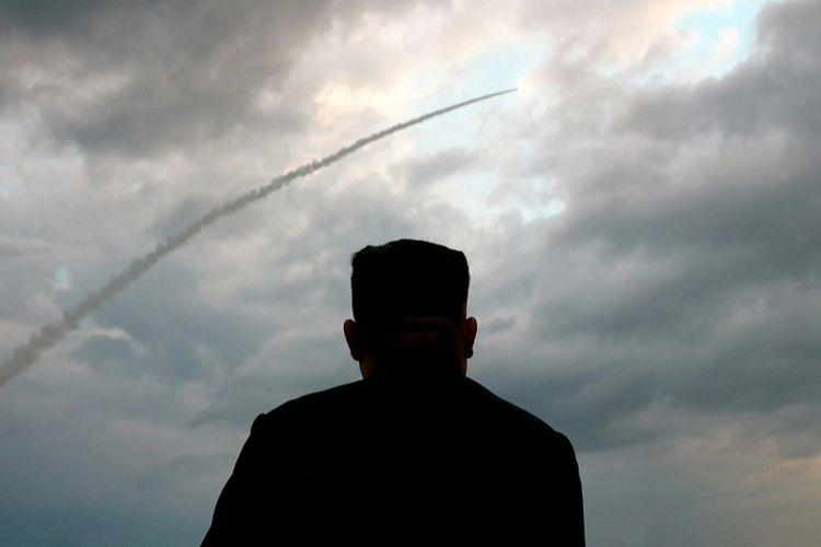 Foto tangkapan layar yang diambil dari tayangan stasiun televisi Korea Utara, KCTV, pada 1 Agustus 2019, yang memperlihatkan siluet Pemimpin Korea Utara Kim Jong Un sedang melihat peluncuran rudal balistik di lokasi yang tidak diketahui.