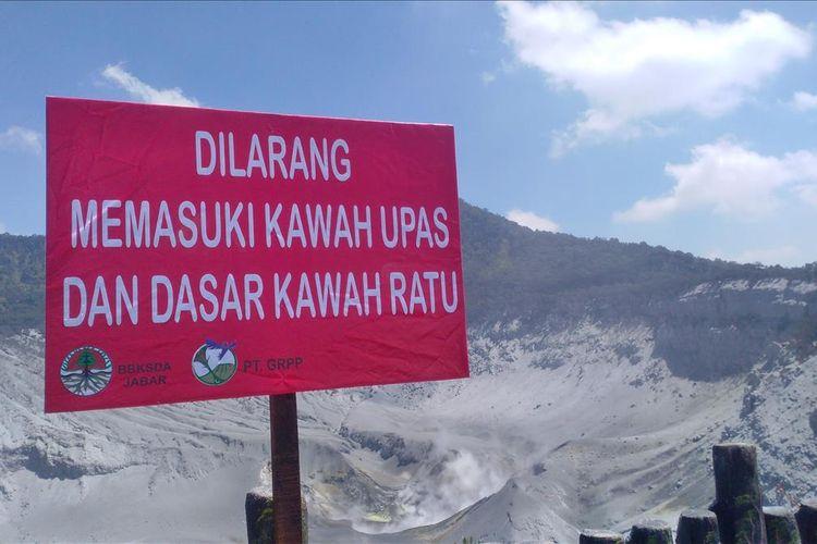 Plang larangan masuk ke dalam Kawah Ratu dan Kawah Upas di Gunung Tangkuban Parahu yang dikeluarkan oleh PT GRPP selaku pengelola.
