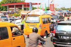 Antrean Kendaraan yang Isi Bensin Bikin Macet Pantura Cirebon