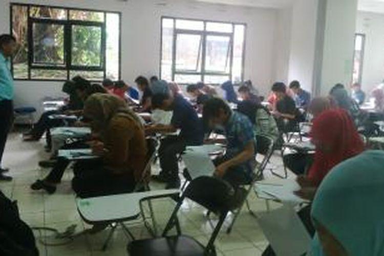 Suasana pelaksana ujian SMBPTN di kampus ITB, Jalan Ganeca, Bandung, Jawa Barat, Selasa, (17/6/2014).