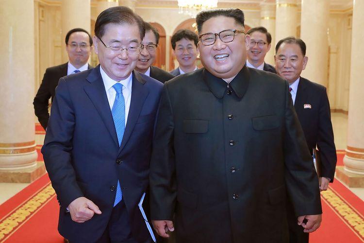 Dalam foto yang dirilis Kantor Berita Korea Utara (KCNA) pada 5 September 2018, terlihat Kim Jong Un bersama Utusan Korea Selatan Chung Eui-yong (kiri) di Pyongyang.