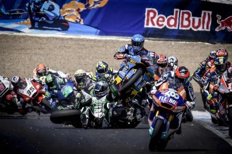 Insiden selepas tikungan pertama Moto2 Jerez 2019. Alex Marquez menabrak motor Remy Gardner yang high side di tengah trek.