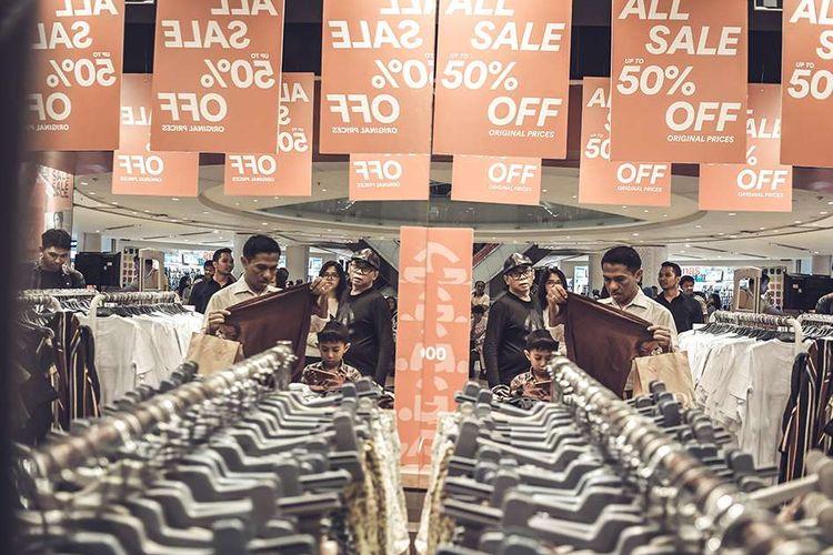 Foto dirilis Minggu (16/2/2020), memperlihatkan warga memilih baju yang didiskon di pusat perbelanjaan di Jakarta. Laporan dari Ellen McArthur Foundation mengatakan, industri tekstil saat ini masih menggunakan cara usang yaitu model ekonomi linier (buat-gunakan-buang) yang menghasilkan timbunan limbah dan polusi dari bisnis busana sedunia.