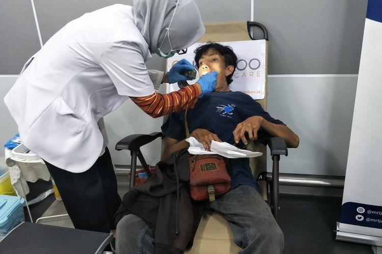 Pemeriksaan gigi penyandang disabilitas di Stasiuj MRT Bunderan HI, Jakarta pusat, Rabu (4/12/2019).