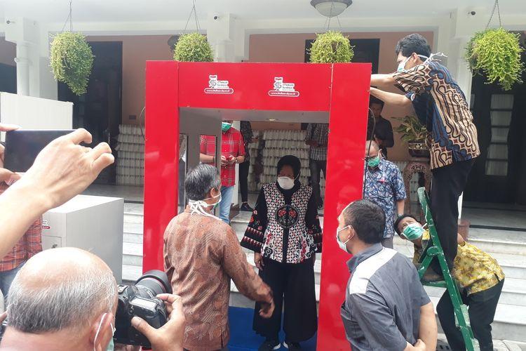 Wali Kota Surabaya Tri Rismaharini bersama Rektor IT Telkom Surabaya Tri Arief Sardjono melakukan uji coba panggunaan bilik sterilisasi yang dikembangkan IT Telkom Surabaya di Rumah Dinas Wali Kota Surabaya, Sabtu (21/3/2020).