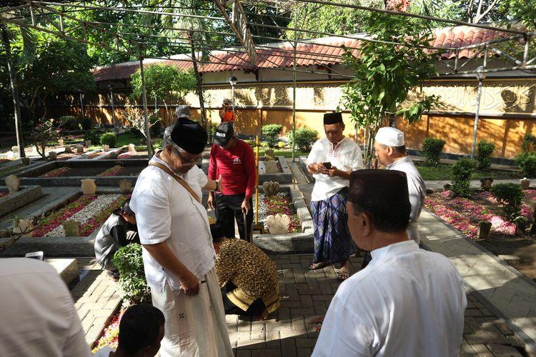 Sejumlah pengurus, santri dan keluarga pengasuh Pesantren Tebuireng, mempersiapkan lokasi yang menjadi tempat pemakaman KH. Salahuddin Wahid (Gus Sholah), Senin (3/2/2020).