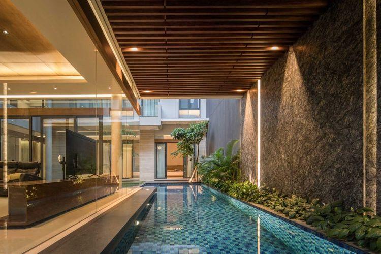 Kolam renang semi outdoor karya Rakta Studio // Arsitag.com