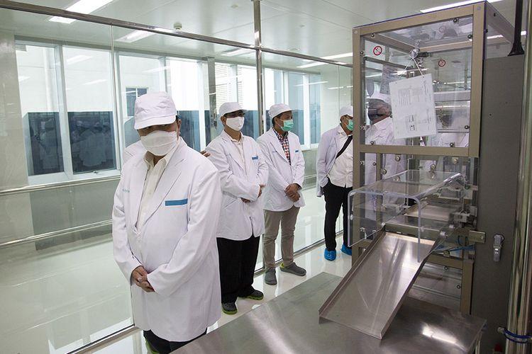 Menteri Badan Usaha Milik Negara (BUMN) Erick Thohir (kiri) saat meninjau fasilitas produksi vaksin COVID-19 di kantor Bio Farma, Bandung, Jawa Barat, Selasa (4/8/2020). Menteri BUMN Erick Thohir menyatakan PT Bio Farma (Persero) telah mampu memproduksi vaksin COVID-19 dengan kapasitas 100 juta vaksin.