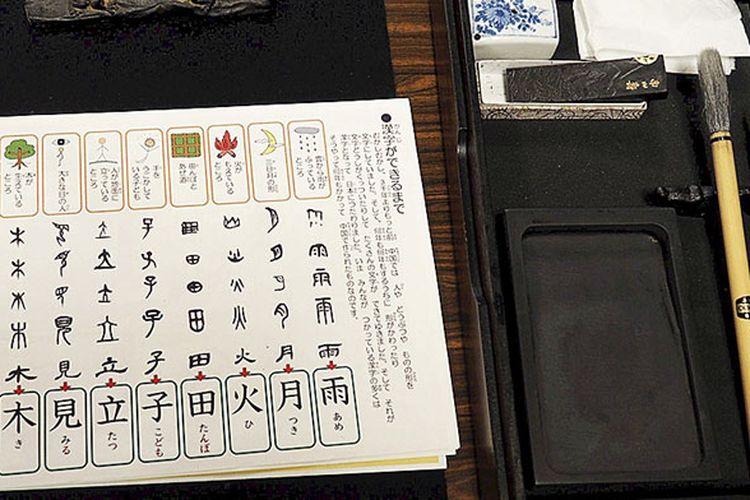Huruf dasar kanji dan perangkat menulis di Asakusa, Tokyo, Jepang, Sabtu (3/6/2017). Penulisan huruf kanji yang bermakna membutuhkan perhatian khusus. Tidak sembarang coretan bisa dilakukan untuk memperoleh hasil karya sempurna.