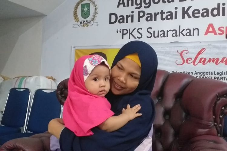 Nurlela dan bayinya berada di posko pengungsian di Kantor DPW PKS Riau di Pekanbaru, karena terpapar kabut asap karhutla, Minggu (15/9/2019) malam.