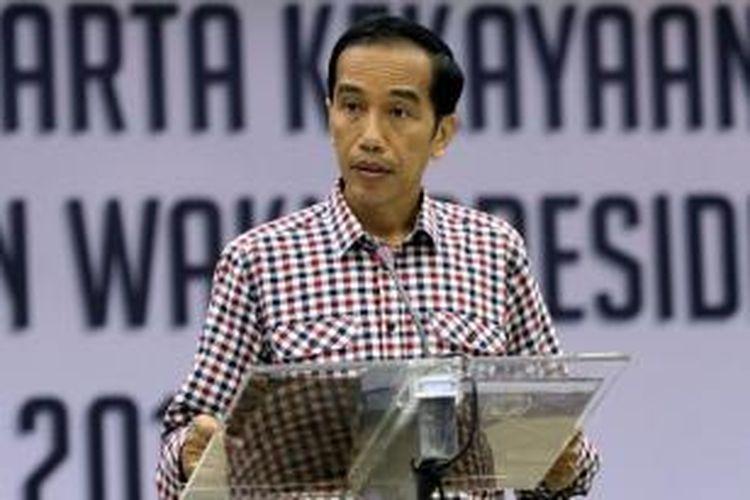 Capres nomor urut 2, Joko Widodo, mengumumkan harta kekayaan hasil verifikasi KPK, di Kantor KPU, Jakarta Pusat, Selasa (1/7/2014). Capres nomor urut 1 Prabowo Subianto memiliki harta kekayaan terbanyak, yaitu sebesar Rp 1,6 triliun, cawapres nomor urut 2 Jusuf Kalla sebesar Rp 465 miliar, cawapres nomor urut 1 Hatta Rajasa sebesar Rp 30 miliar, dan capres nomor urut 2 Joko Widodo sebesar Rp 29 miliar.