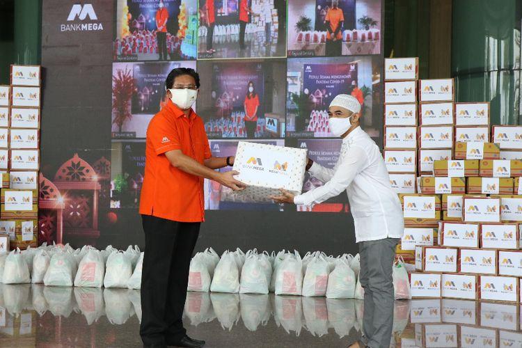 Penyerahan bantuan berupa 16.000 paket sembako oleh Direktur Utama Bank Mega Kostaman Thayib. Bantuan sembako diserahkan melalui kantor pusat maupun kantor cabang Bank Mega.