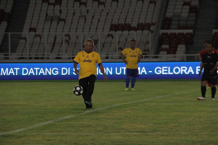 Menteri PUPR Basuki Hadimuljono saat menjajal rumput lapangan Stadion Utama Gelora Bung Karno, Kamis (11/1/2018).