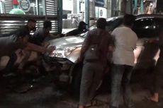 Hindari Motor Lawan Arus, Mobil CRV Tabrak Halte Transjakarta di Jatinegara