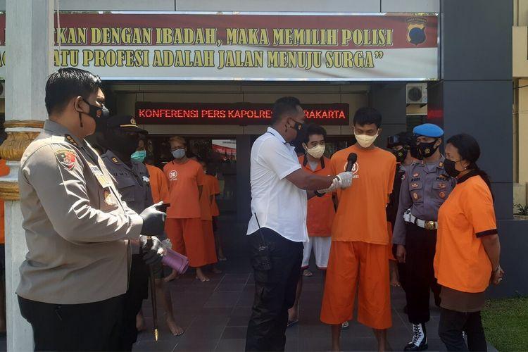 Pasutri asal Sukoharjo dimintai keterangan diduga mengedarkan sabu dalam konferensi pers di Mapolresta Surakarta, Jawa Tengah, Jumat (23/4/2021).