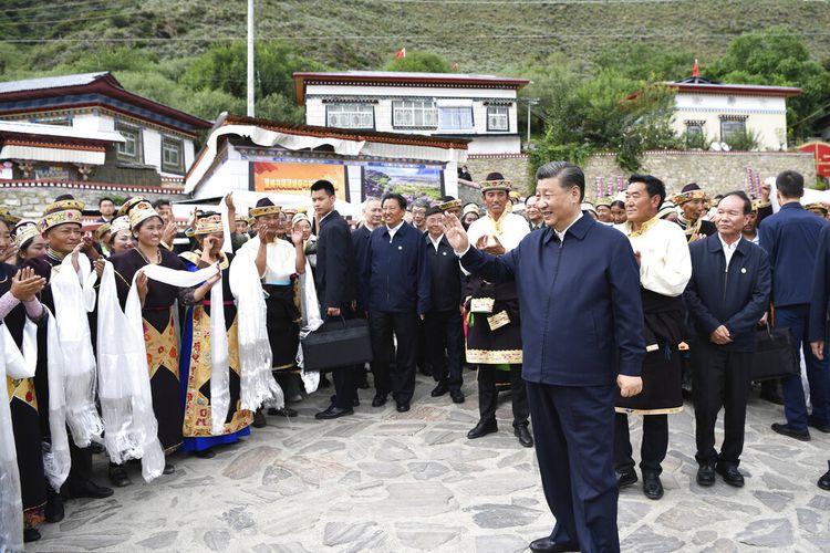 Dalam foto yang dirilis oleh Kantor Berita Xinhua, Presiden Tiongkok Xi Jinping melambai kepada penduduk desa saat mengunjungi desa Galai di Nyingchi, Daerah Otonomi Tibet Tiongkok barat daya, Rabu, 21 Juli 2021.