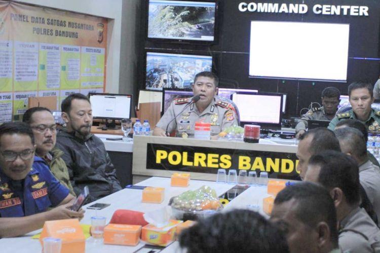Kapolres Bandung AKBP Indra Hermawan saat memimpin rapat koordinasi pengamanan laga Persib Vs Persiwa di Mapolres Bandung, Jumat (8/2/2019).