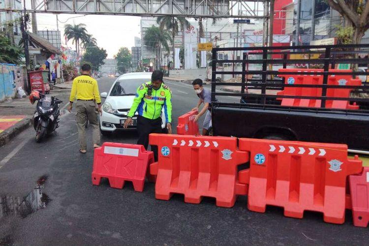 Aparat kepolisian menutup akses jalan protokol selama perpanjangan PPKM level 4 di Bandar Lampung.