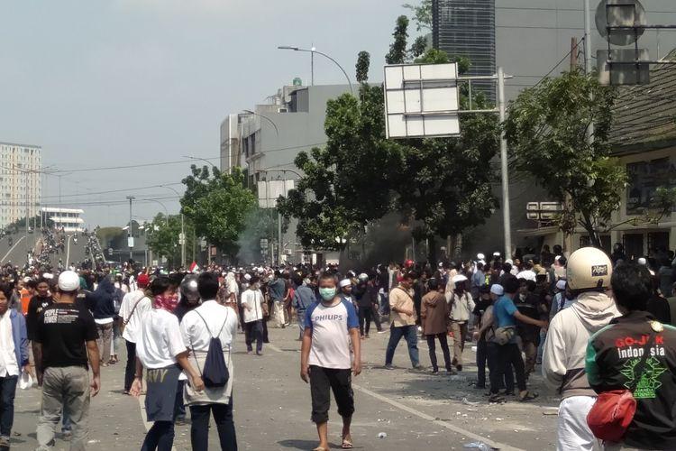 Masa Aksi Lakukan Bakar Ban Depan Gang Polse Metro Gambir, Tepat di Bawah Jembatan Jati Baru, Jakarta Pusat, Rabu (22/5/2109)